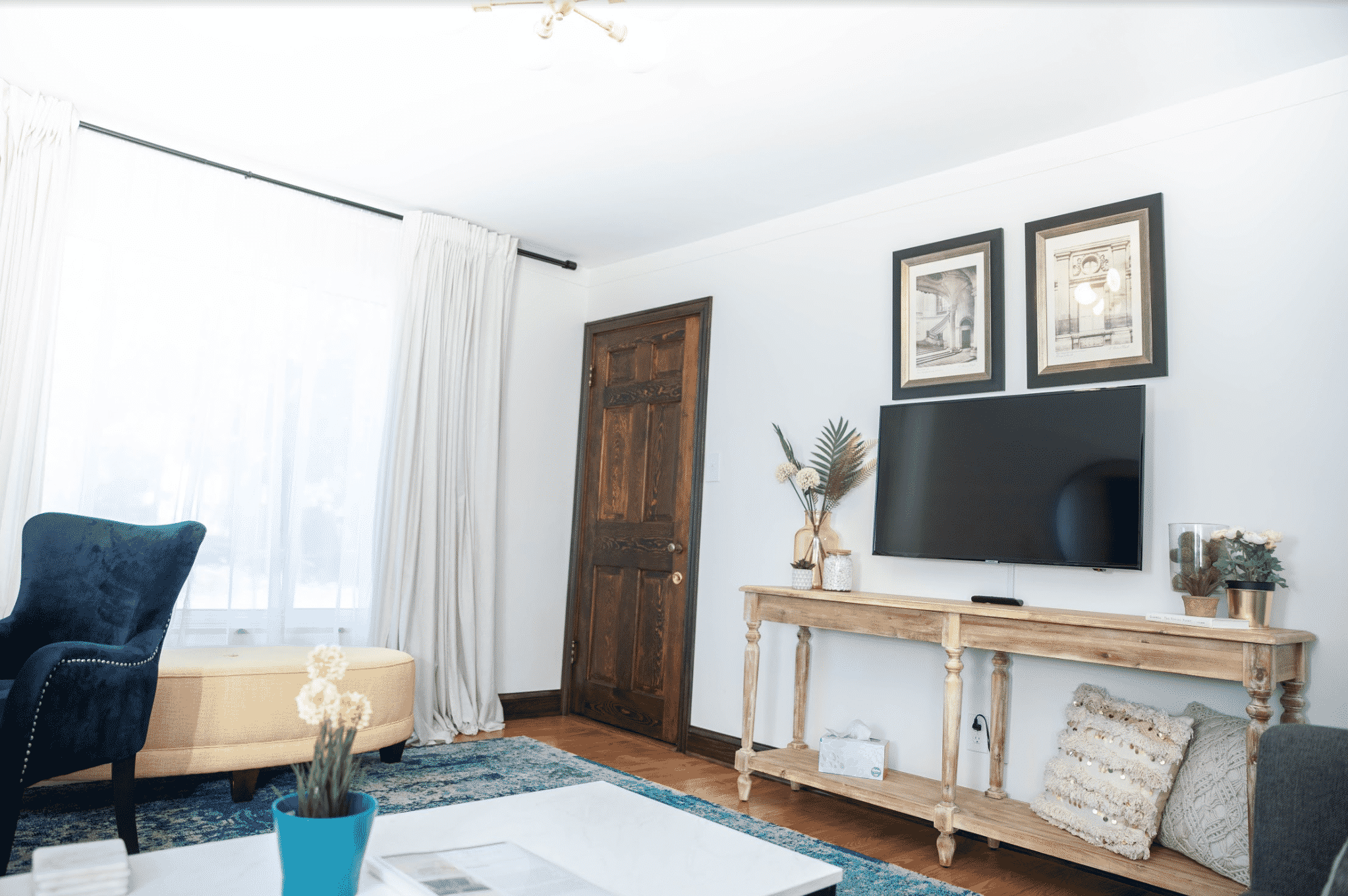 Airbnb_living_room_with_tv
