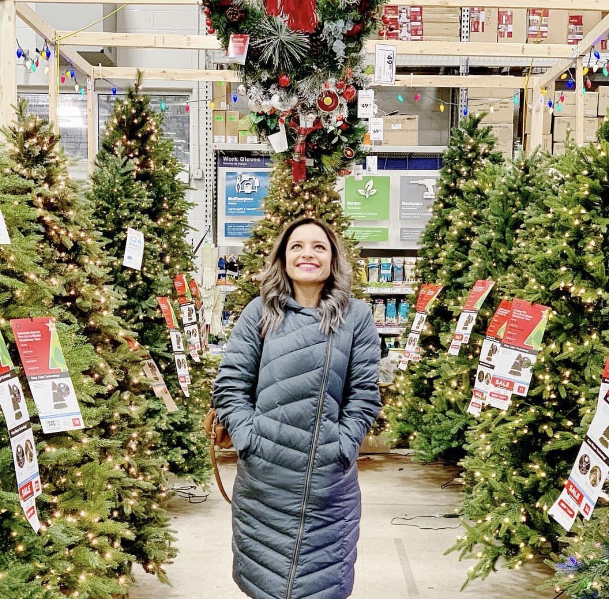 Women_Next_To_Christmas_Tree